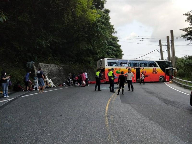 台9線蘇花公路115公里處16日下午一輛遊覽車撞山壁。(圖取自facebook.com/205903292812064)