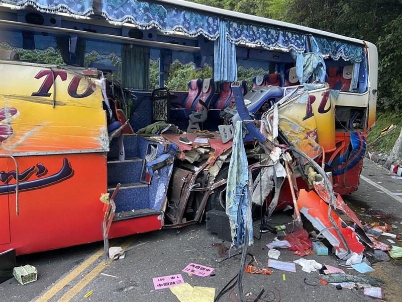 新北市新店區復興里舉辦自強活動,16日下午回程時遊覽車在台9線蘇花公路約115公里處意外撞上山壁,遊覽車車身破了大洞,6人死亡、39人輕重傷。(讀者提供)