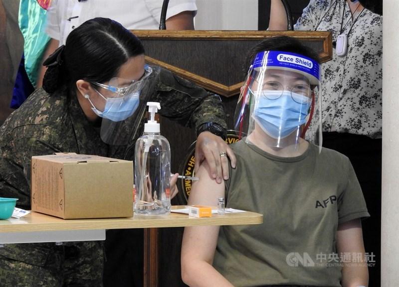菲律賓武漢肺炎疫情持續升溫,馬尼拉當局16日宣布,3月20日到4月19日禁止外籍人士和非海外勞工的菲律賓國民入境。圖為軍人在菲律賓武裝部隊醫學中心接受疫苗接種。(中央社檔案照片)