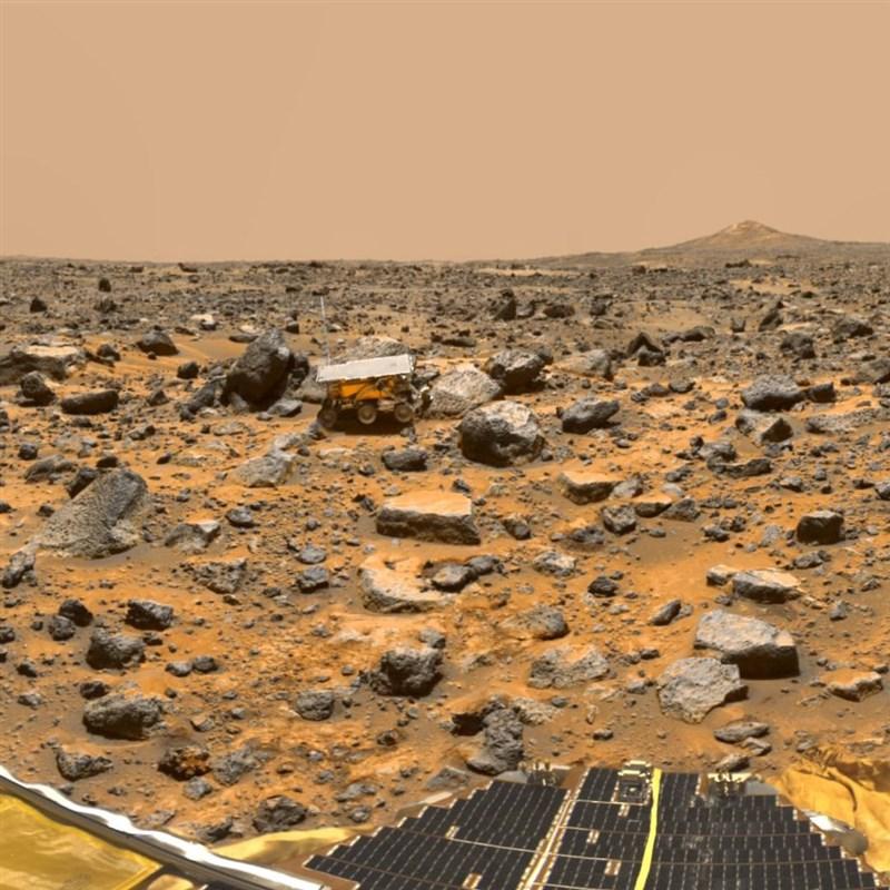 數十億年前的火星充滿著湖泊和海洋,但曾經汪洋的她後來變成荒涼一片的岩石星球;原來的水哪兒去了,始終是個難解之謎。(圖取自instagram.com/nasa)