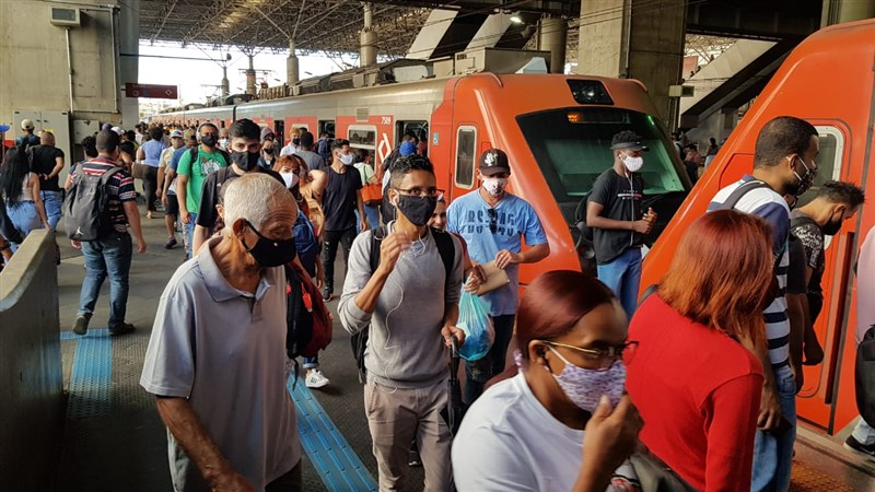 巴西衛生當局9日通報,過去24小時境內新增3萬8911起2019冠狀病毒疾病(COVID-19)確診病例。圖為聖保羅地鐵站人潮擁擠。(安納杜魯新聞社)
