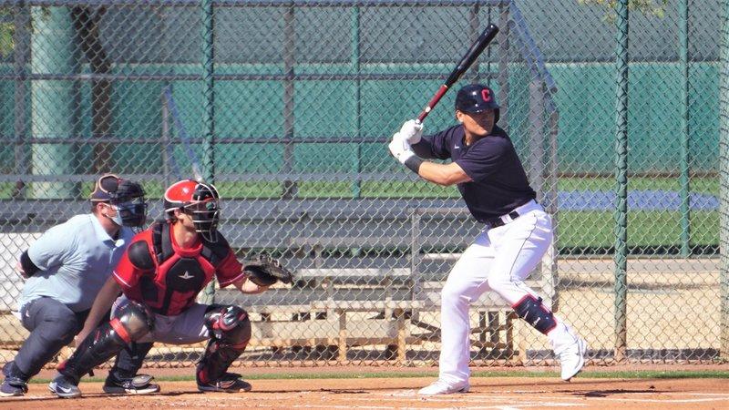 效力克里夫蘭印地安人隊的台灣好手張育成在美國職棒大聯盟春訓熱身賽敲出4支全壘打,可望搶進開季名單。圖為張育成10日熱身賽打擊。中央社記者林宏翰亞利桑那攝 110年3月17日