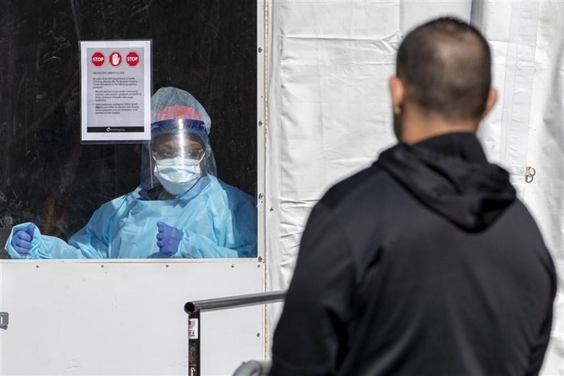 17日公布的研究顯示,曾確診武漢肺炎者,80%至少6 個月不會再染疫,但65歲以上年齡層再感染風險高於年輕人。圖為紐約布魯克林醫院中心。(美聯社)