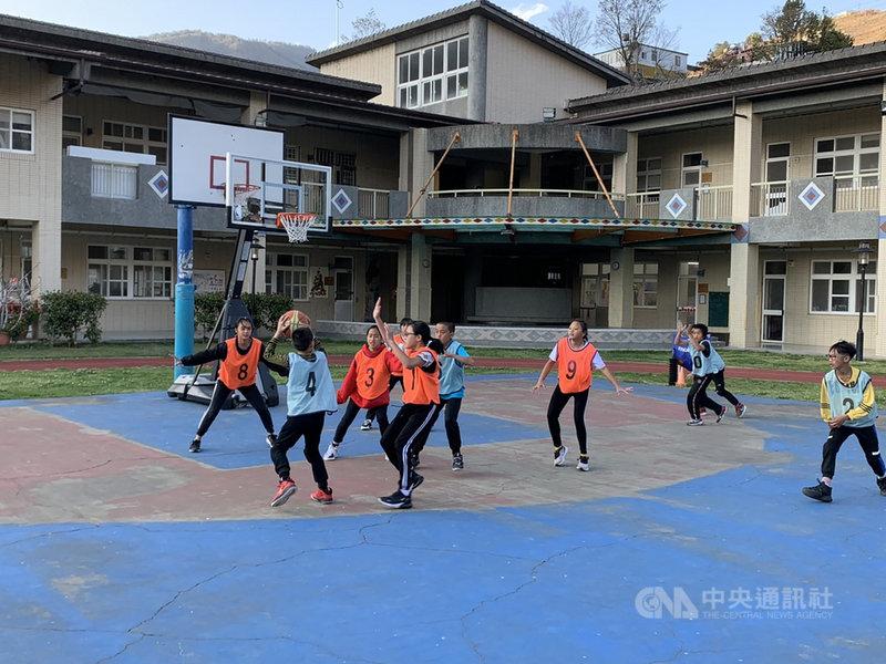 平等國小是台中市百年老校也是最偏遠的國小,全校學生人數僅有39人,校內球場也非標準規格,因為球員少,女籃隊平時和男籃隊一起練習。(平等國小提供)中央社記者趙麗妍傳真 110年3月18日