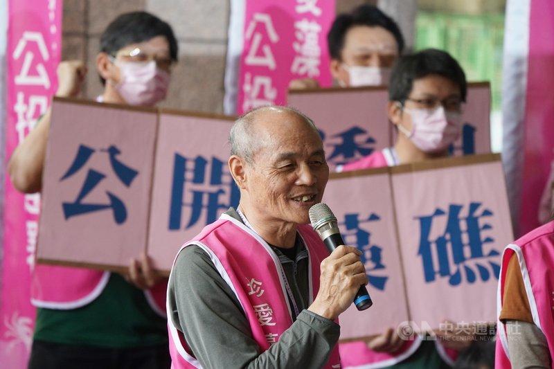 珍愛藻礁公投領銜人潘忠政(前)18日表示,70萬民意可等同台灣大多數人民意,期待執政黨能夠反思政策是否出了問題,認真面對聽證會,把謊言釐清,如果不釐清,台灣恐持續往對立、紛亂方向走下去。中央社記者徐肇昌攝  110年3月18日