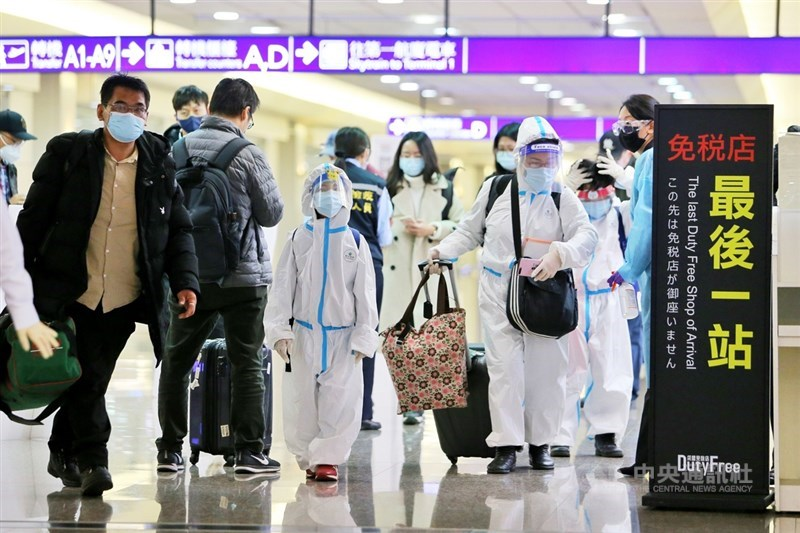 中央流行疫情指揮中心3日宣布,國內新增6例境外移入武漢肺炎病例。圖為桃園機場入境旅客。(中央社檔案照片)