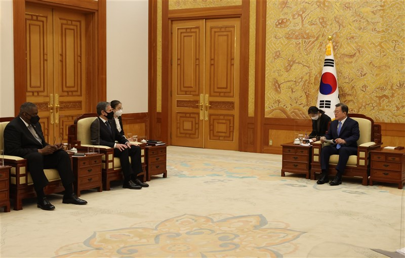 美國國務卿布林肯(左2)在韓美2+2會談期間,加大力道拉攏韓國牽制中國意味濃厚,讓文在寅(右1)政府力求在美中角力間保持中立的戰略,變得左右為難。(韓聯社)