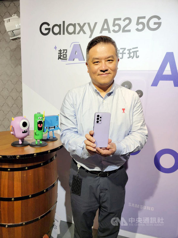 台灣三星Galaxy A系列去年在台銷量年增近4成,宣布推出5G新機Galaxy A52 5G防水豆豆機。圖台灣三星電子行動與資訊事業部副總經理陳啟蒙。中央社記者江明晏攝  110年3月18日