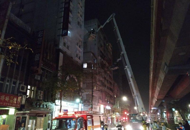 台北市復興南路一段附近一家防疫旅館19日凌晨3時許發生火警,警消半小時內撲滅火勢,未有人員傷亡,共疏散47名房客。(翻攝照片)中央社記者劉建邦傳真  110年3月19日