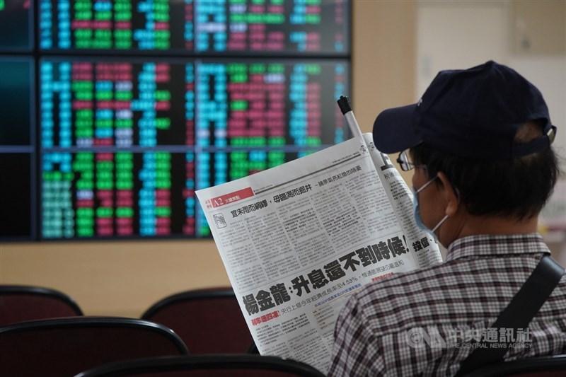 台北股市19日開低走低,收盤跌217.6點,為16070.24點,跌幅1.34%,成交金額新台幣3899.21億元。投資人在證券行內關注財經新聞。中央社記者徐肇昌攝 110年3月19日