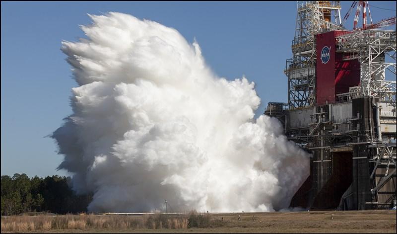 美國國家航空暨太空總署18日成功執行「太空發射系統」火箭的靜態測試。這套新系統上次測試曾出問題,這次扳回一城。(圖取自twitter.com/nasahqphoto)