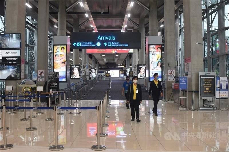 泰國政府重振經濟,預計從10月1日起,接種過疫苗的國際旅客入境普吉島、甲米、攀牙、清邁和巴達雅不再需要隔離。圖為曼谷蘇凡納布機場旅客入境處。(中央社檔案照片)