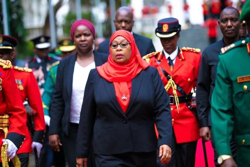 東非國家坦尚尼亞副總統哈山(前)19日宣誓就任新總統,成為東非國家第一位女性元首。(圖取自facebook.com/TanzaniaGovernment)