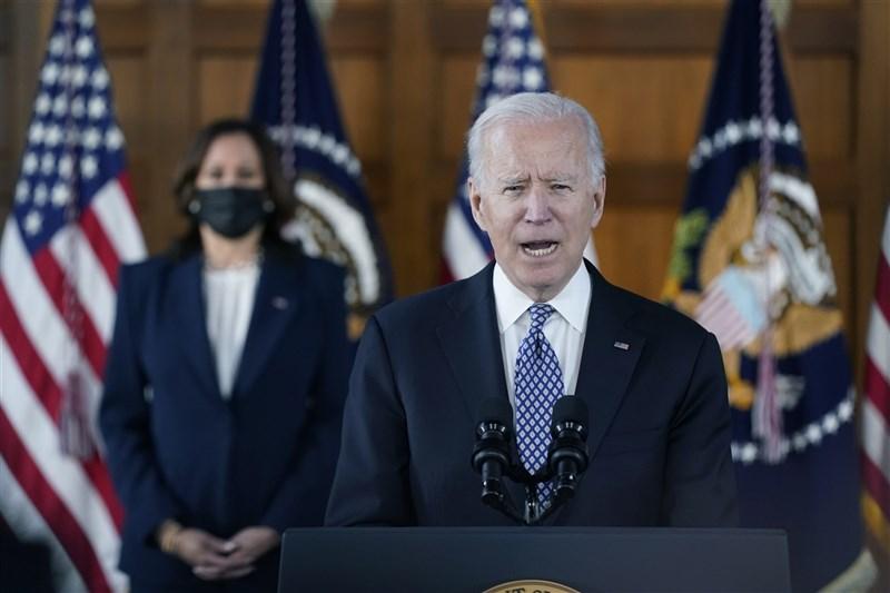 美國總統拜登(前)19日與副總統賀錦麗赴喬治亞州與亞裔美國人社群領袖會面,並在會後譴責反亞裔美國人暴力升高。他說,美國不容默許歧視與暴力,必須發聲對抗。(美聯社)