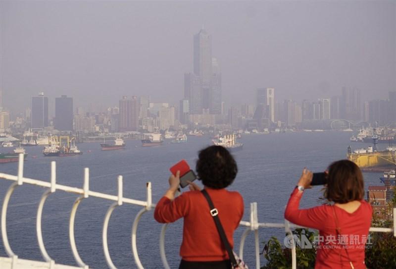 環保署表示,22日大陸冷氣團挾帶中國沙塵及污染物影響台灣,南部擴散條件差易累積污染物;雲嘉南及高屏空氣品質為「紅色警示」等級。(中央社檔案照片)