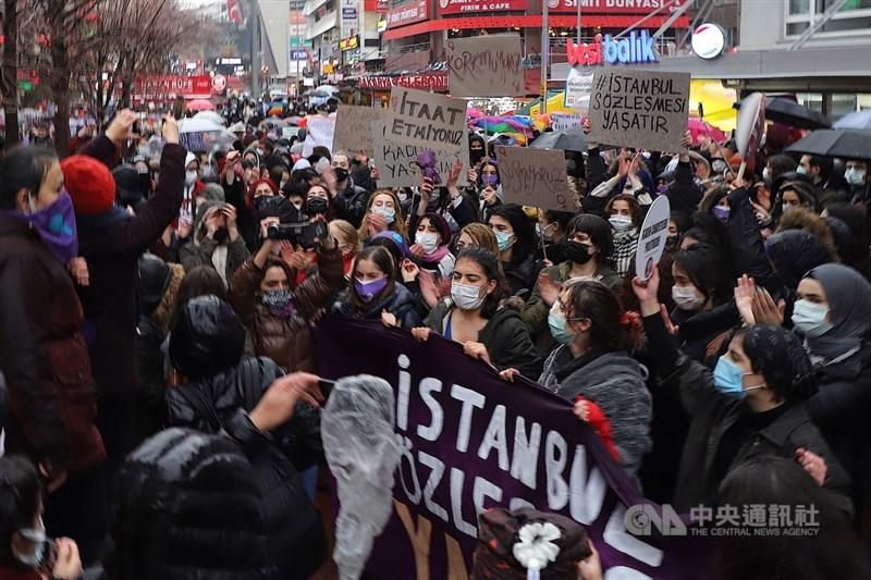 土耳其退出預防家暴等針對女性暴力的「伊斯坦堡公約」,數以百計婦女20日冒雨在安卡拉示威,高喊「沒有平等,就不會有正義」,要求當局收回成命。中央社記者何宏儒安卡拉攝 110年3月21日
