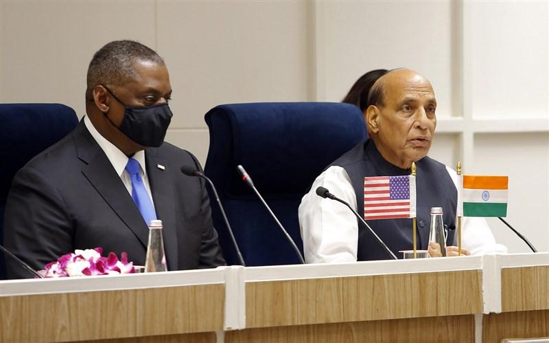 印度國防部長辛赫(右)與美國國防部長奧斯汀20日在新德里結束雙邊會談後,對外發表聲明,但並未接受提問。(印度國防部提供)中央社記者康世人新德里傳真 110年3月20日