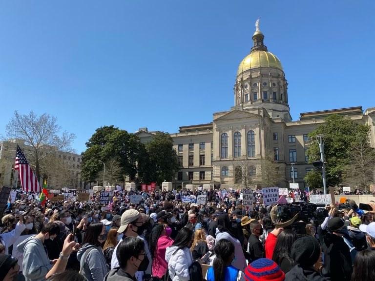 數百名示威民眾20日聚集在位於亞特蘭大的喬治亞州議會大廈外,聲援亞裔美國人社群。(圖取自twitter.com/SenatorWarnock)