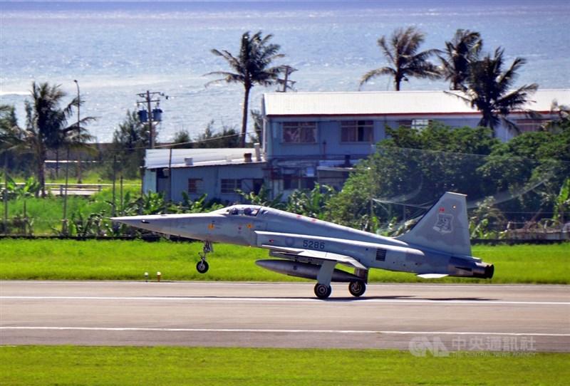 台東志航基地2架F-5E戰機22日擦撞墜海,空軍23日表示,專案調查小組正查證肇因,請外界勿以不實傳言傷害國軍士氣。圖為2018年7月志航基地的F-5E編號5286機訓練情況。(中央社檔案照片)