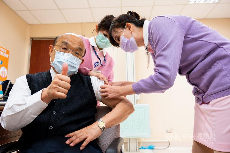 行政院長蘇貞昌(左)22日上午率先施打AZ疫苗,蘇貞昌表示,施打後沒有任何痠痛、不舒服,也沒發燒,會遵照醫師指示多喝水、多休息,他會在一定時間內施打第二劑。(行政院提供)中央社記者陳俊華傳真 110年3月22日