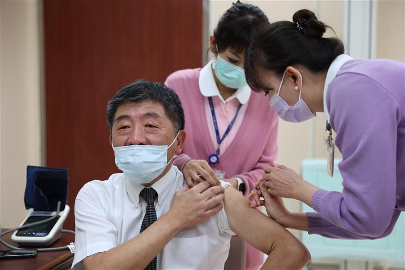 台灣首批牛津AZ疫苗22日開打,衛生福利部長陳時中(前左)一大早到台大醫院率先接種疫苗。(指揮中心提供)