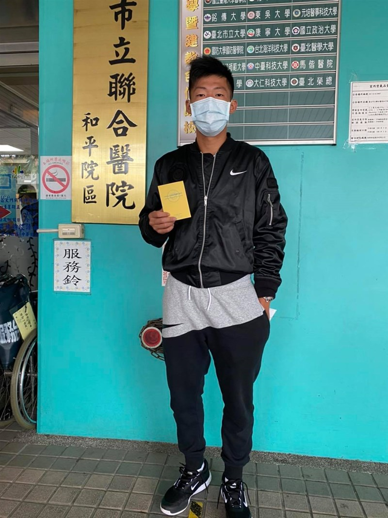 體育署競技組代理組長藍坤田表示,23日上午共有10名運動選手完成疫苗接種,其中包括台灣網球小將曾俊欣(圖)。(圖取自facebook.com/Tseng.ChunHsin.Jason)
