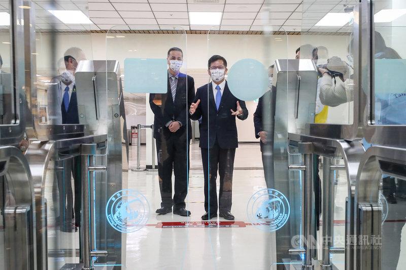 交通部長林佳龍(右)23日至松山機場視察「3e智慧通關系統」,他表示,通關程序簡便、快速且無接觸,運用科技降低機場查驗人力負擔,也提升準確度。中央社記者裴禛攝 110年3月23日