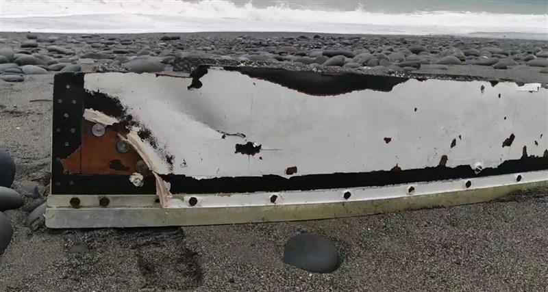 空軍2架F-5E戰機在屏東旭海空中擦撞墜毀,台東民眾23日在靠近旭海的南田海邊發現金屬片,長的超過1米長,空軍人員到場查看,認為有可能是戰機殘骸,已集中帶回鑑定。(民眾提供)中央社記者盧太城台東傳真 110年3月23日
