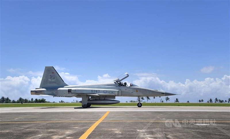 空軍2架F-5E戰機擦撞墜海,行政院發言人羅秉成23日說,國防部已核定總金額新台幣7.8億元經費更換戰機彈射椅,經費可立即發,不必送行政院。圖為F-5E同型機。(中央社檔案照片)