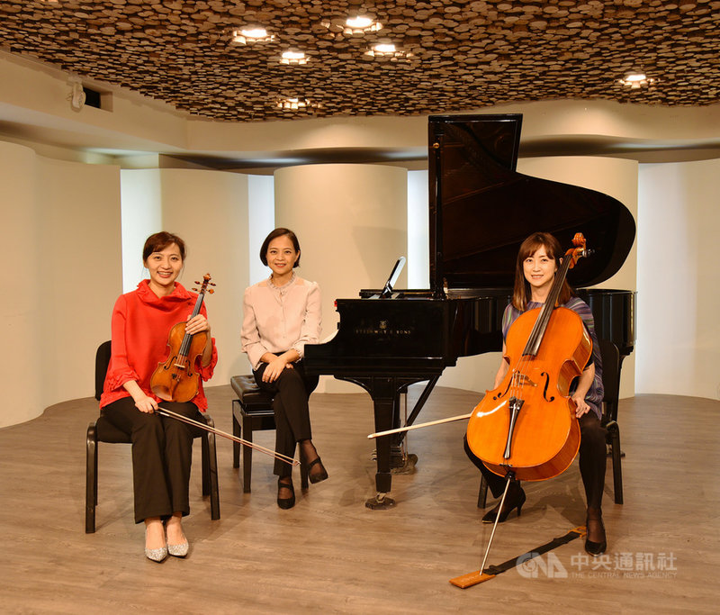 Trio Zilia鋼琴三重奏由前NSO國家交響樂團首席李宜錦(左)、NSO大提琴副首席連亦先(右)、紐約大都會歌劇院聲樂指導王佩瑤(中)組成,3人近年推廣兒童音樂教育不遺餘力,推出多場親子音樂會,廣受大小朋友歡迎。(奇美博物館提供)中央社記者趙靜瑜傳真 110年3月21日