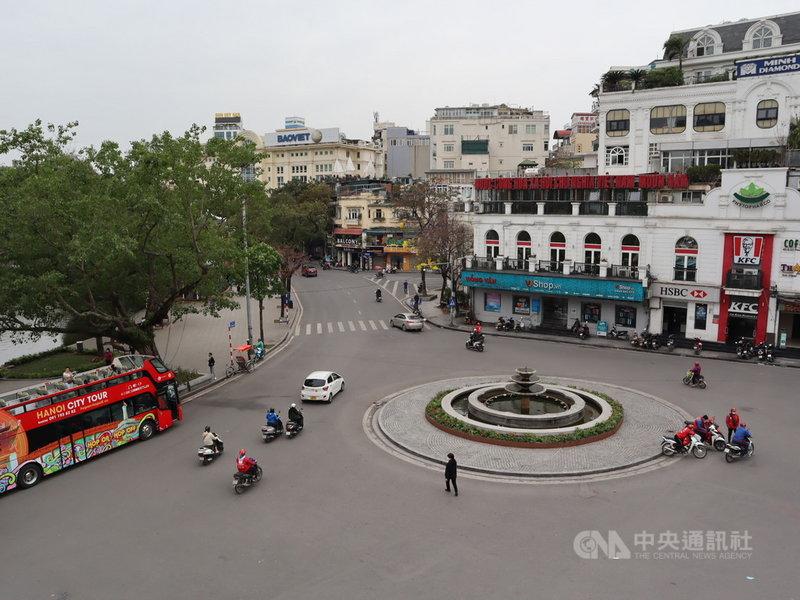 越南鎖國防疫屆滿週年,河內市中心東京義塾廣場(Dong Kinh Nghia Thuc Square)以往被外國旅客塞爆,如今卻是天差地別的冷清景象。圖攝於22日。中央社記者陳家倫河內攝 110年3月24日