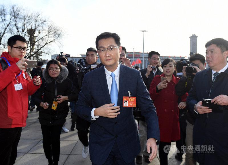 針對遭「反壟斷」傳言,騰訊控股主席馬化騰24日回應稱,會積極配合監管部門。圖為馬化騰(中)2017年在北京參加全國「兩會」。(中新社提供)中央社  110年3月24日
