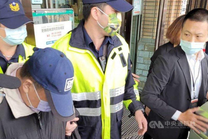 蘇花公路宜蘭東澳段16日發生6人死亡、39人輕重傷的遊覽車車禍事故,受輕傷的遊覽車游姓司機(前左)24 日出院,並在警方戒護下前往宜蘭地方檢察署接受複訊;面對外界質疑,他低頭不發一語。中央社記者沈如峰宜蘭縣攝 110年3月24日