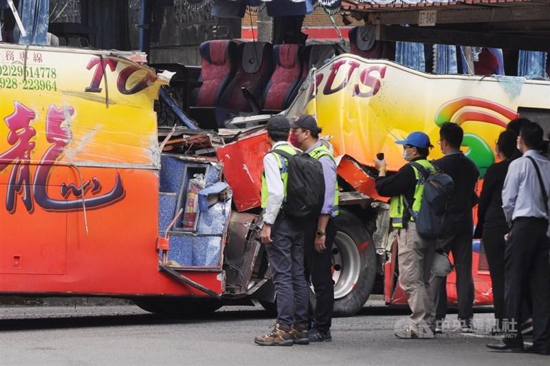 蘇花公路16日發生遊覽車撞山壁事故,交通部長林佳龍24日下令,與事故車輛同廠打造的718輛遊覽車暫停營運。圖為17日檢警等人勘驗肇事遊覽車車體。(中央社檔案照片)