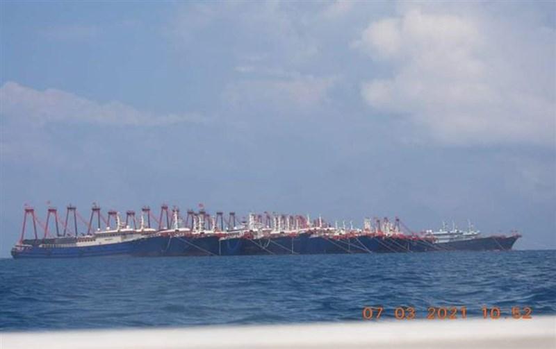 中國大量船隻聚集在南海牛軛礁,引發菲律賓不滿,總統杜特蒂也挨批立場軟弱。(圖取自twitter.com/pcooglobalmedia)