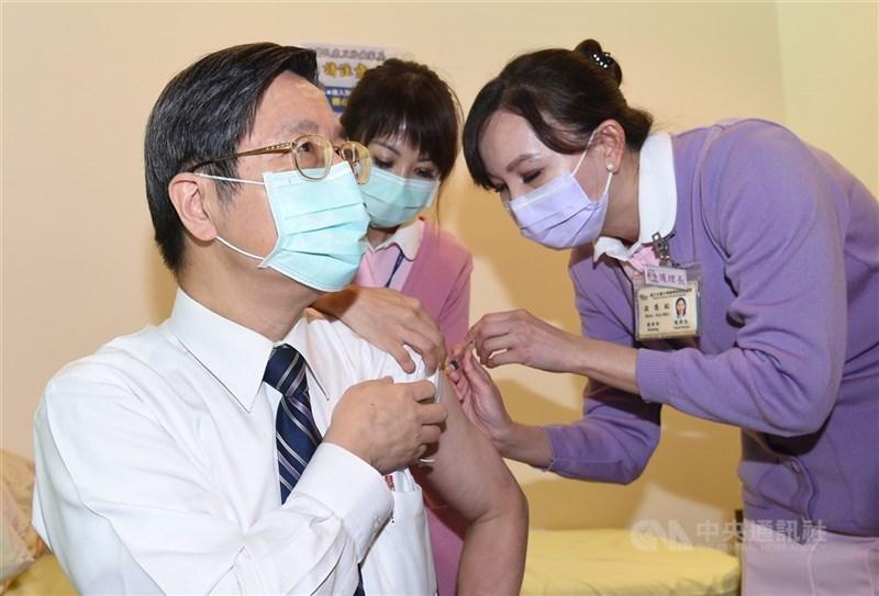 22日接種AZ疫苗後,張上淳表示在接種後整個人有點畏寒和倦怠,體溫有到攝氏37.5度。(中央社檔案照片)