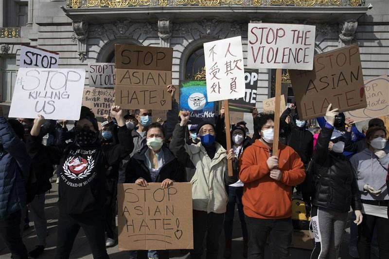 中國24日發布報告,聲稱美國才是「全球安全與穩定的最大麻煩製造者」。圖為22日美國加州舊金山民眾在市政廳前集會,反對歧視亞裔。(中新社)