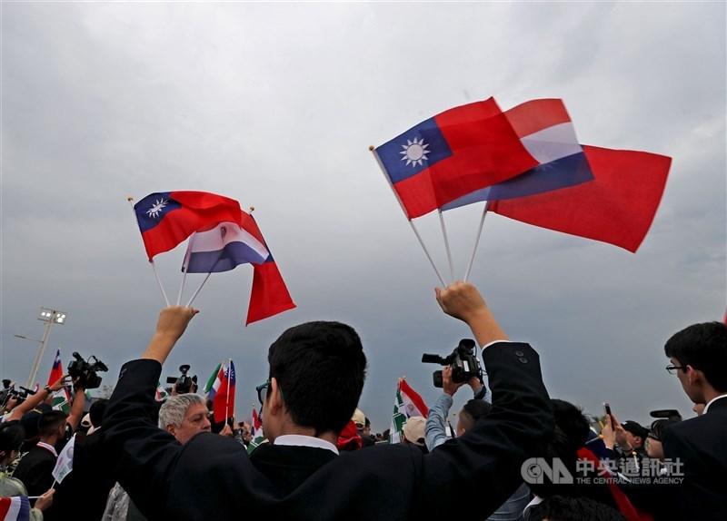 外交部長吳釗燮表示,巴拉圭政府知道當地動盪背後有中國資金,對中國深惡痛絕,台巴關係絕對沒有問題。圖為中華民國與巴拉圭國旗。(中央社檔案照片)