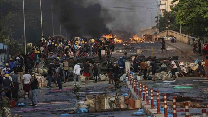 聯合國世界糧食計劃署22日表示,緬甸2月發生軍方政變,加上財政危機加劇,緬甸人三餐無以為繼的狀況急遽增加。圖為3月16日緬甸民眾於仰光抗議現場。(安納杜魯新聞社)