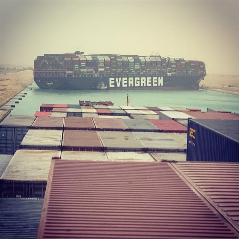 長榮海運長賜輪23日凌晨起卡在埃及蘇伊士運河。(圖取自twitter.com/marceldirsus)