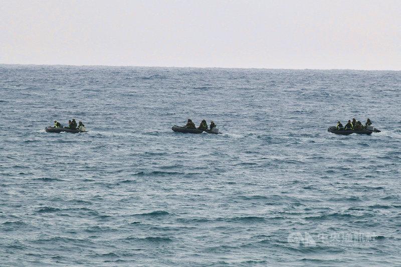 空軍2架F-5E戰機擦撞墜海,其中一名飛官潘穎諄至今仍失蹤,搜救行動25日進入第4天,兩棲官兵乘3艘橡皮艇赴滿州鄉九棚村鼻頭礁海域水下搜尋,但因海水混濁、能見度不佳,無功而返。中央社記者郭芷瑄攝 110年3月25日