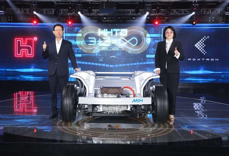 鴻海攜手裕隆成立鴻華先進,並合作推出MIH平台,目標切入全球電動車市場。圖左為鴻海集團董事長劉揚偉,右為裕隆集團執行長嚴陳莉蓮。(鴻海提供)