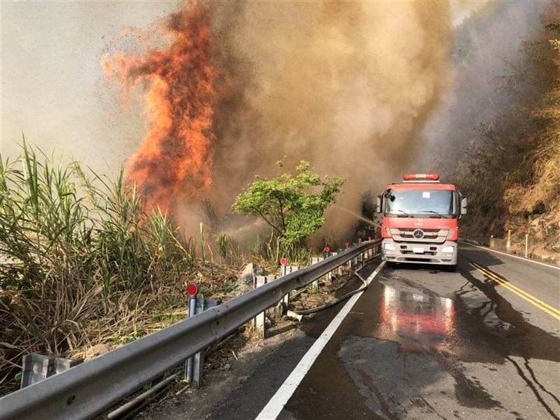 18日發生阿里山森林火災,檢警朝向人為積極偵辦,但嘉義林管處歷年發生的森林火災,因苦無直接證據,幾乎都難以破案。圖為18日下午消防車在阿里山公路上灌水滅火。(嘉義縣消防局提供)