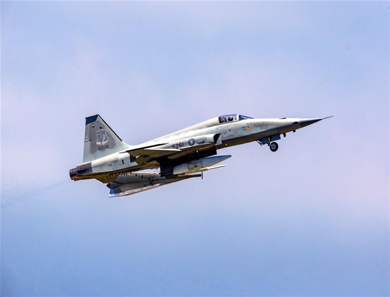 去年10月底同樣駕駛F-5E戰機殉職的朱冠甍中校肇因,空軍25日首度透露事故原因初判可能是機械故障。圖為失事戰機109年6月間升空。(陳姓航空迷提供)