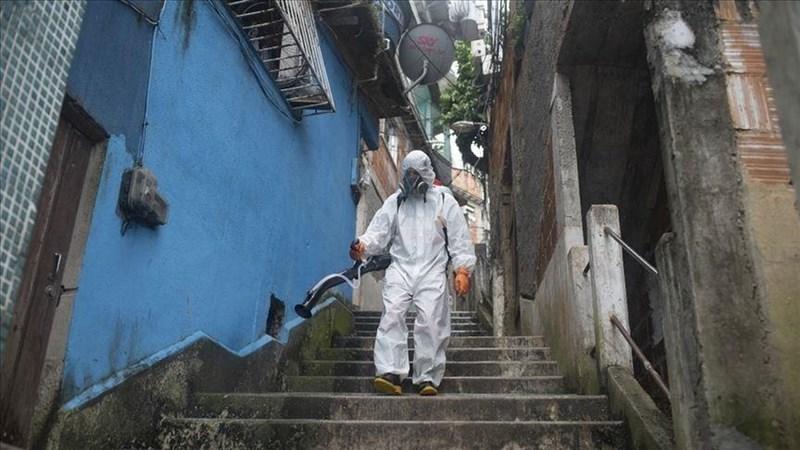 巴西2019冠狀病毒疾病(COVID-19)染疫喪生暴增,6日通報單日病亡人數首度逾4000人,科學家預料巴西很快會超越美國1月疫情的最嚴重紀錄。圖為巴西防疫人員在社區消毒。(安納杜魯新聞社)