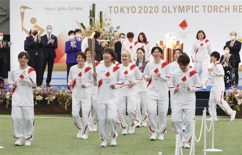 延期一年的東京奧運聖火傳遞,25日從福島核子事故廢爐作業據點、福島縣足球設施J-VILLAGE正式起跑,將約有萬名跑者接力在121天內跑遍全日本。(共同社)