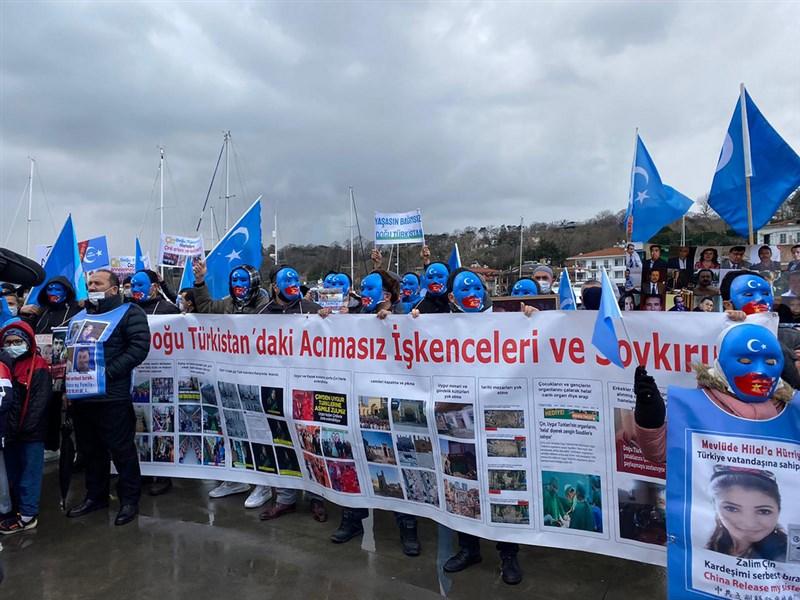數以百計維吾爾人25日在中國駐伊斯坦堡總領事館外示威,抗議中國國務委員兼外交部長王毅到訪土耳其。(西爾買買提.加吾蘭提供)中央社記者何宏儒安卡拉傳真 110年3月25日