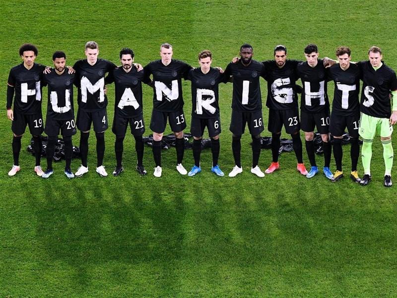 德國隊25日世足資格賽以3比0擊敗冰島。球員們賽前穿上手寫「人權」的黑色T恤,盼引起人們對全球各地人權問題的重視。(圖取自instagram.com/leon_goretzka)