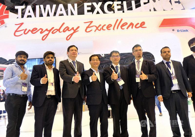 駐印度代表葛葆萱(左4)24日到2021年印度資通訊展台灣精品館參觀,並與經濟組官員、貿協人員及參展廠商一起合影,比讚為台灣精品宣傳。中央社記者康世人新德里攝 110年3月26日