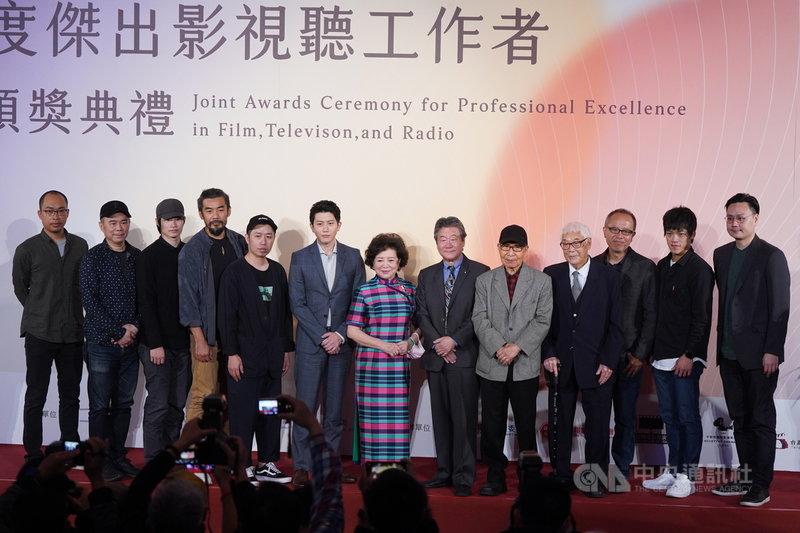 第一屆「年度傑出影視聽工作者頒獎典禮」26日在台北市中山堂舉行,所有獲獎者合影留念。中央社記者徐肇昌攝 110年3月26日